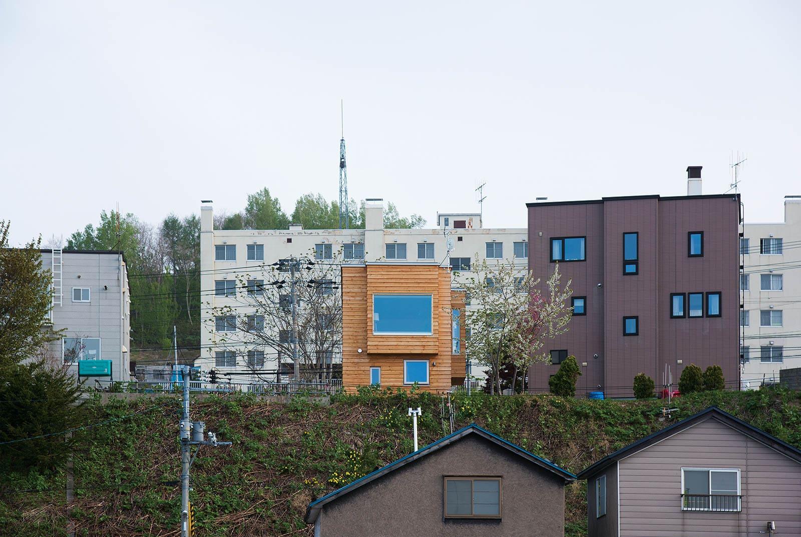 北側外観。景色を存分に味わえる大開口を設けた。住宅性能を確保しているので北側開口でも室内は快適
