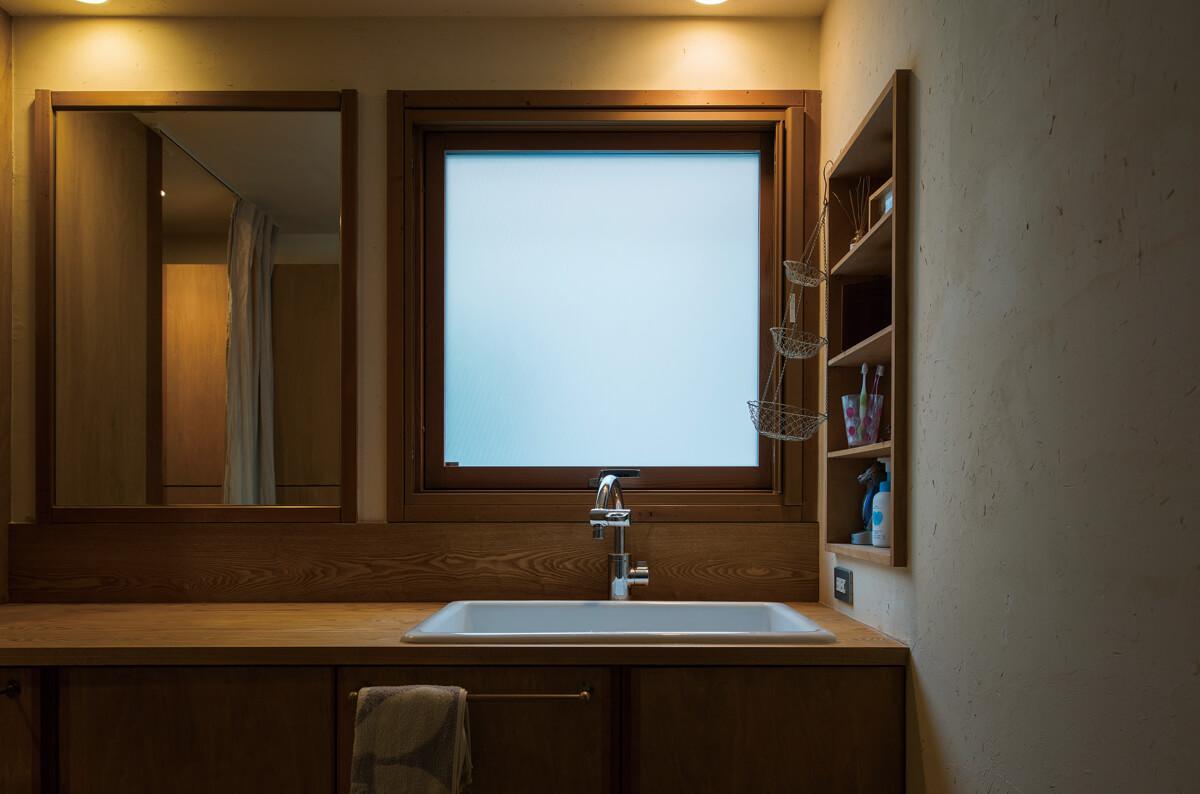 1階の玄関の近くに洗面化粧台があって、2階へ行く前に手洗いできる