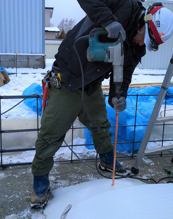 基礎の土間下9ヵ所にアーシングロッドを打ち込み、室内や床下空間から引き込んだアースケーブルを接続してアーシングしている