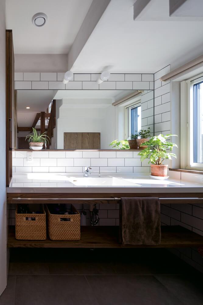 複数人でも使いやすいゆったりとした広さの洗面台。玄関からの動線もスムーズ