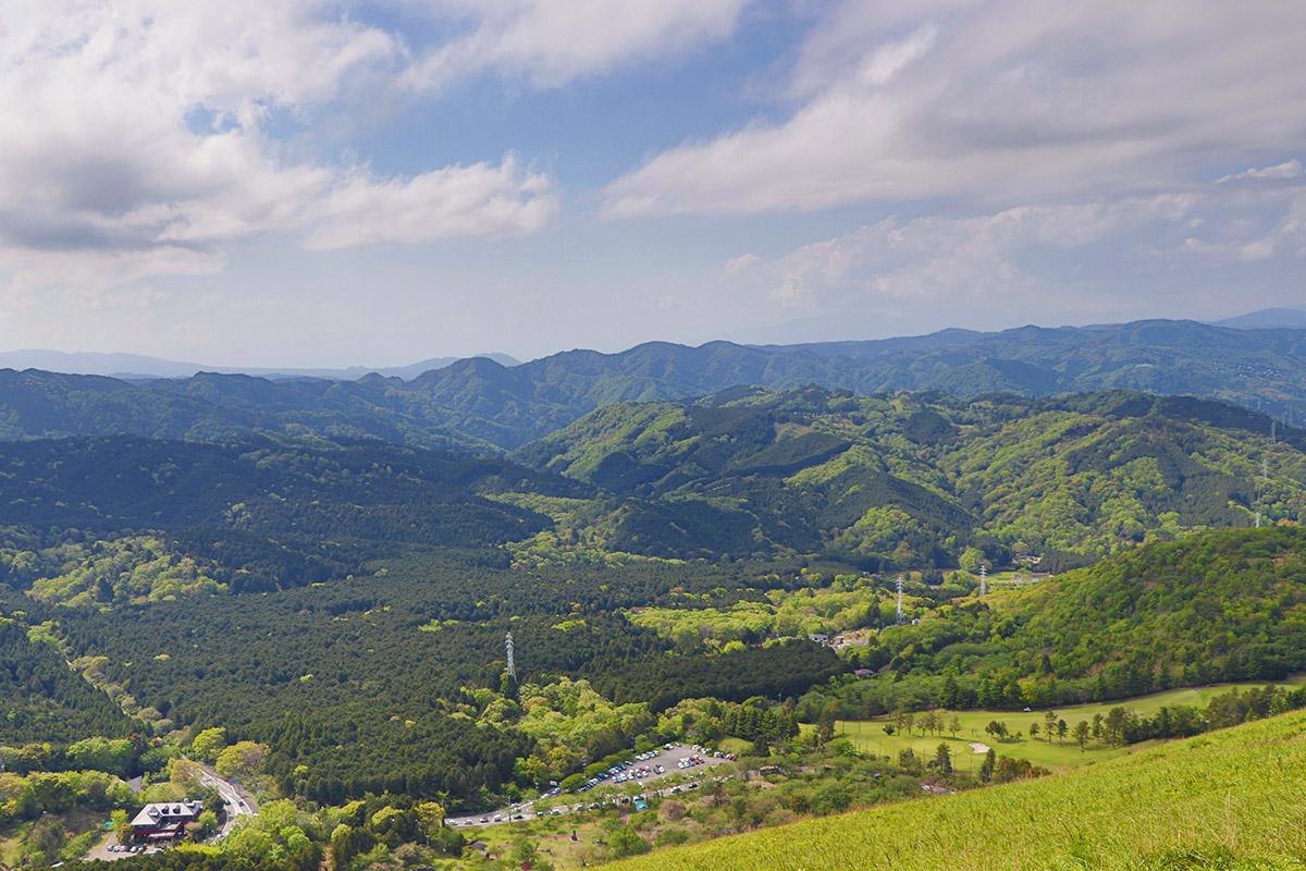 遊歩道から見るジオラマ感のある景色。山側