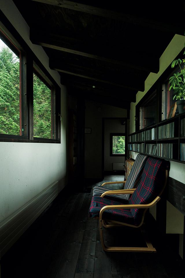 腰高の窓は、ラウンジチェアに座ることで、外に広がる森と空だけをきれいに切り取って見せる
