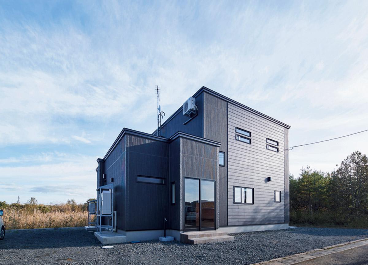 縦と横に張られた窯業系サイディングが個性的な雰囲気を放つMさん宅の外観