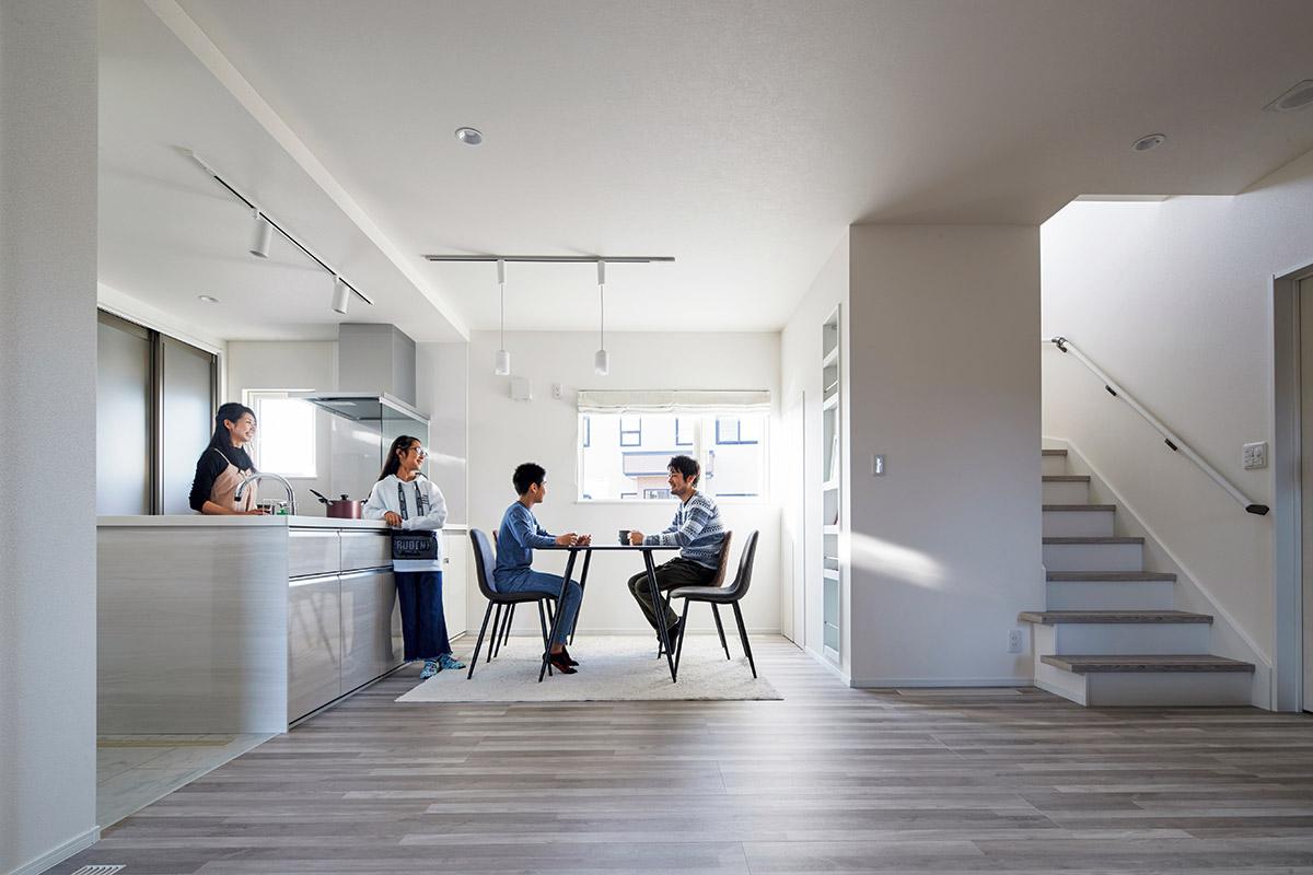 キッチンとの距離感がちょうどよいダイニングスペース。食事だけでなく、自然に家族が集う