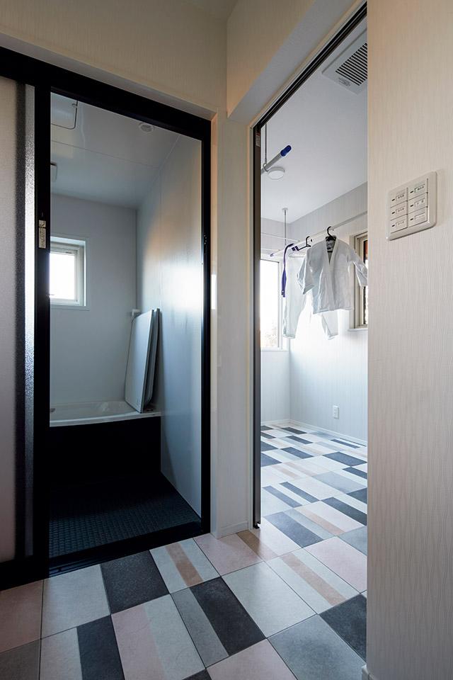 ユーティリティから続くサンルーム。床のタイルも奥さんのお気に入りに テラスは1つの部屋のようでありながら、屋外の自然と一体になれる心地よい空間
