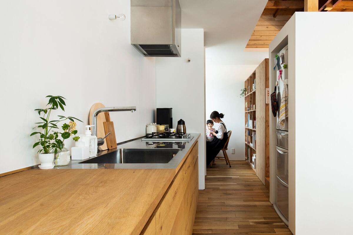 シンクからガスコンロまでは天板をお手入れしやすいステンレスに。キッチンの延長上には奥さんのワークスペースを設けて、動線もスムーズ