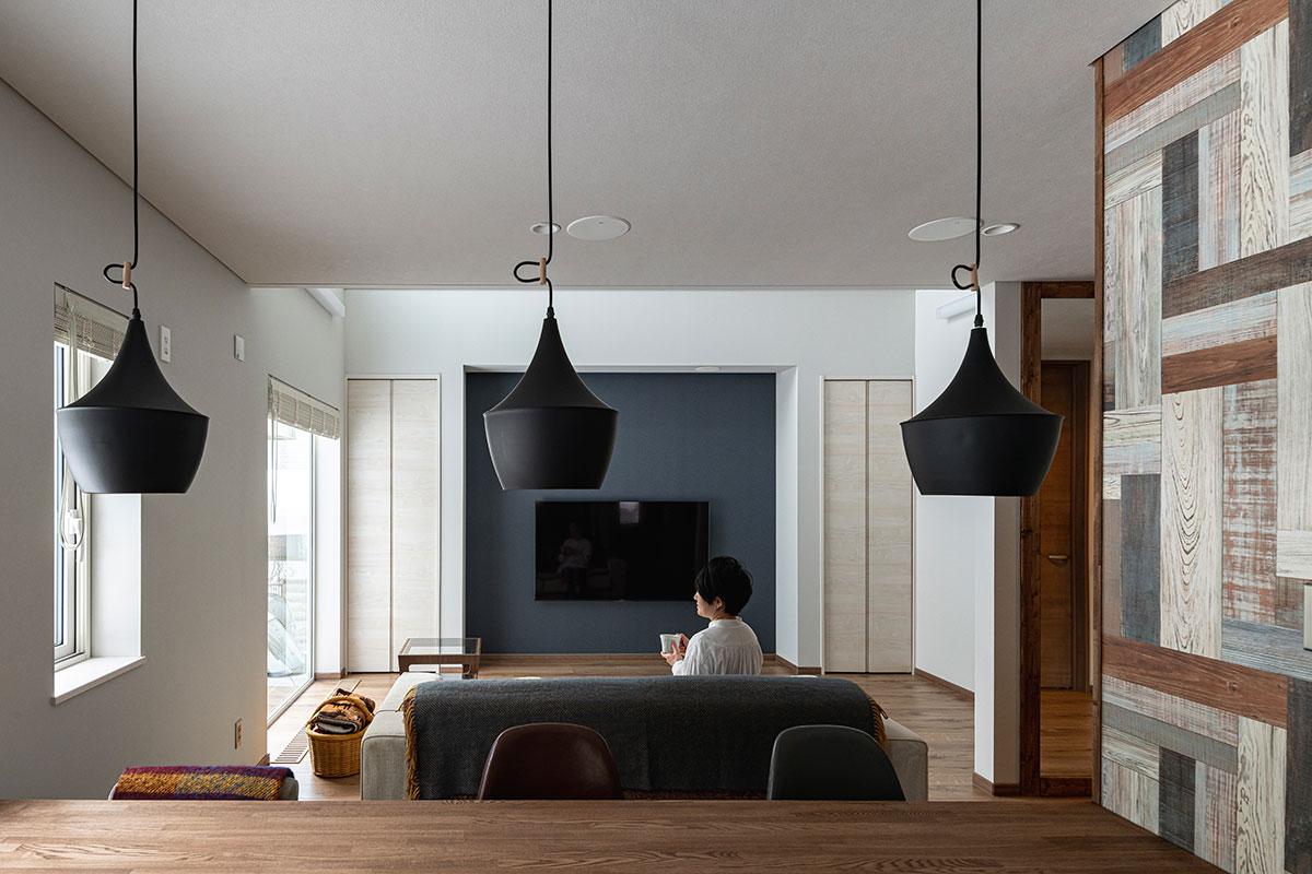テレビやダイニング・キッチンの天井にスピーカーを組み込んだお住まい。費用はかかったが、満足度は高いそう