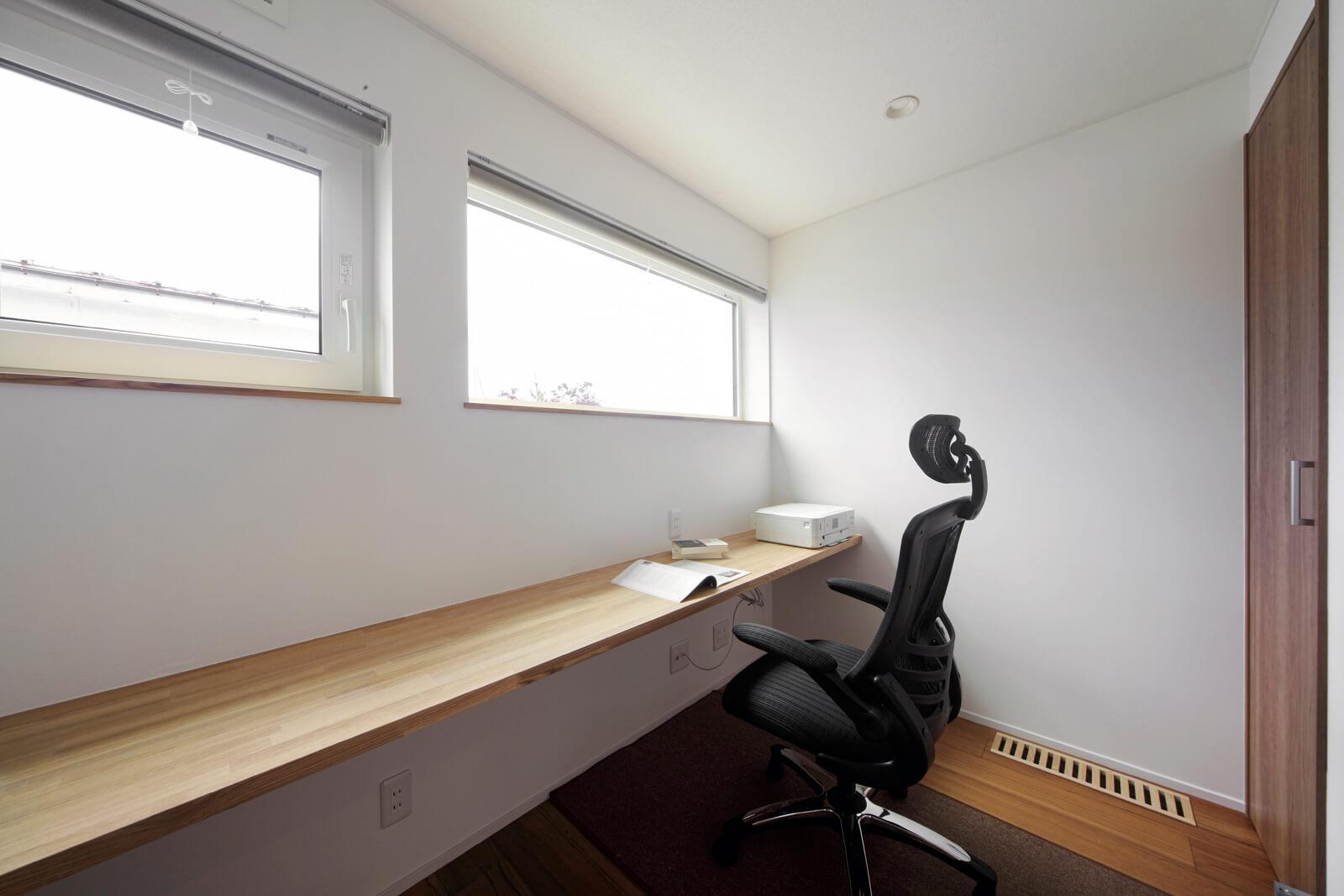 2階南側に設けた書斎に柔らかな光が射し込む。壁面には文庫本用の本棚を造りつけている