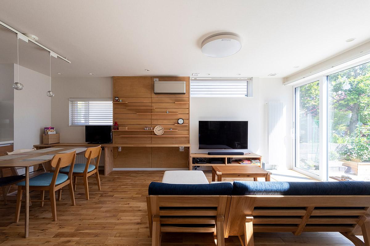 大きな窓が設けられたリビングは光が降り注ぐ明るく開放的な空間。