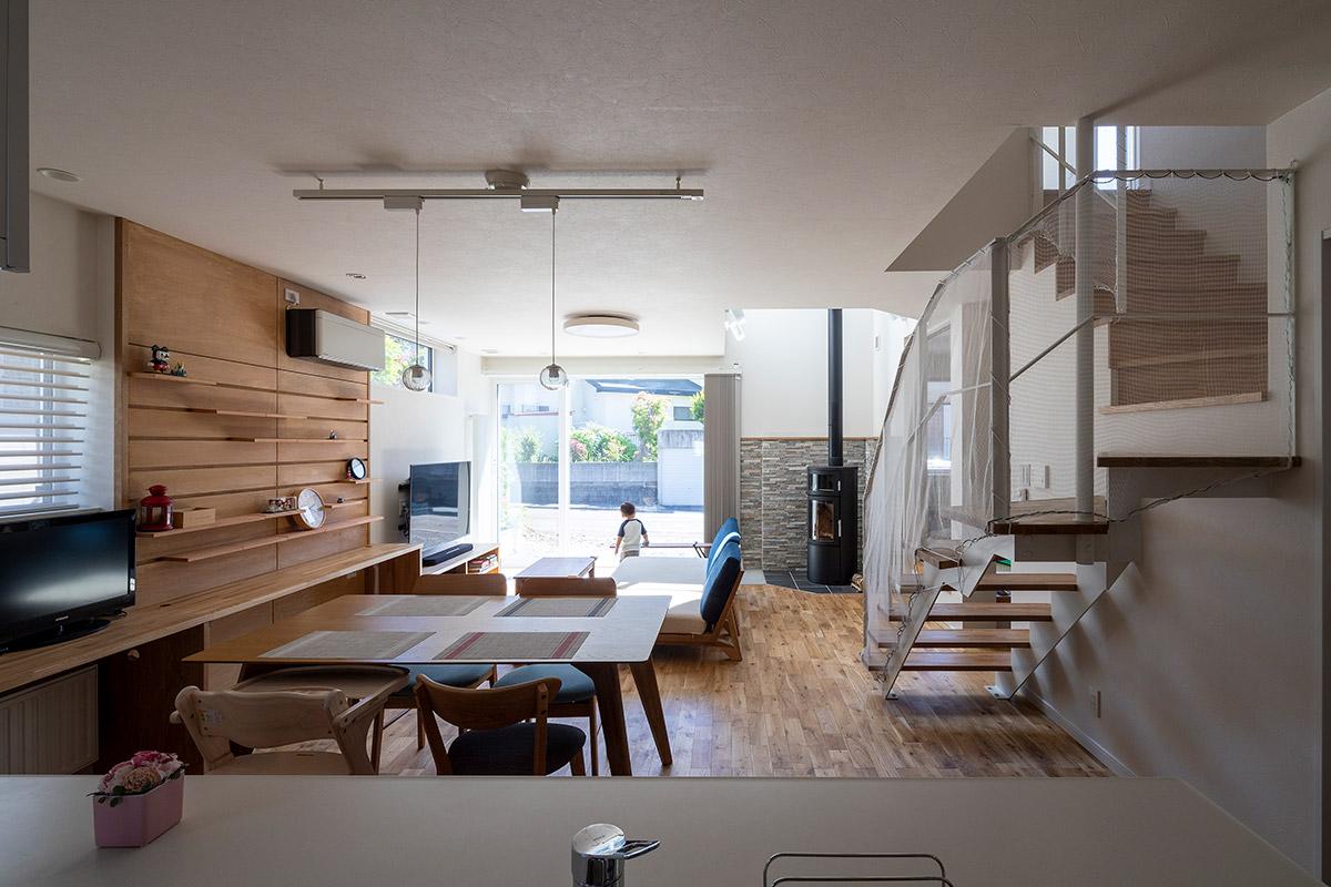キッチンから見渡せるLDK。希望したリビング階段は透かし階段で軽やかな印象