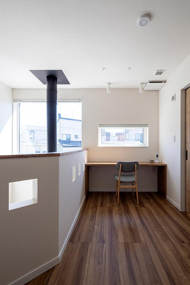 2階のフリースペースにはカウンターを造作。ご主人のテレワークにも活用できそう