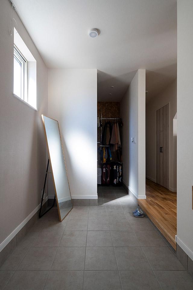 横幅も奥行きも広く奥にはシューズクローゼットを設けた玄関。収納力たっぷりで便利