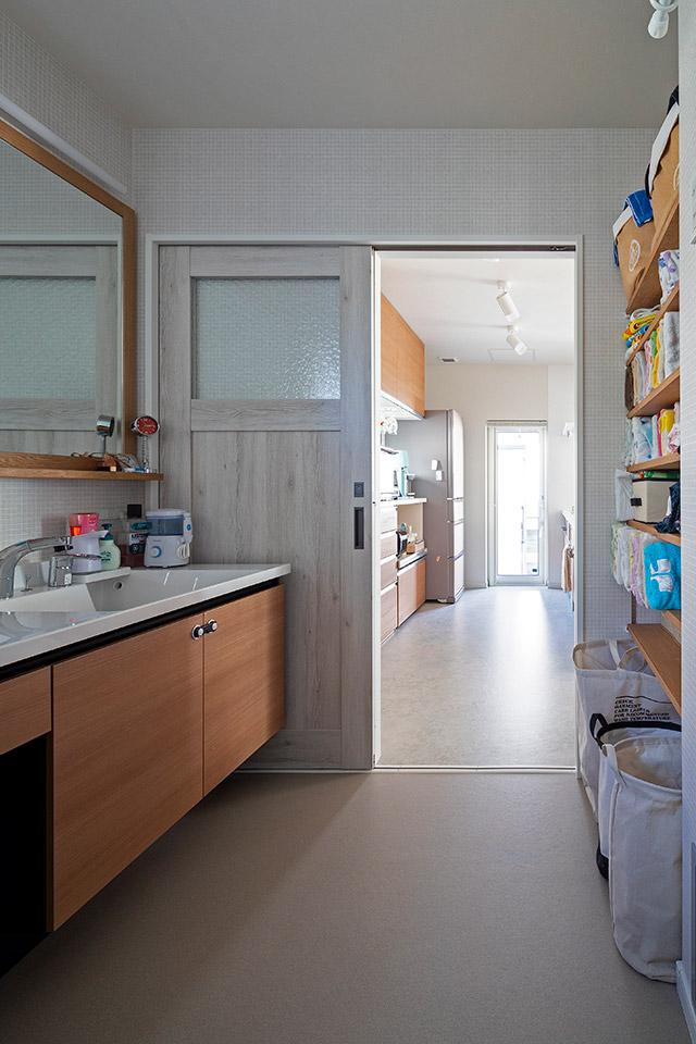 玄関ホールからユーティリティ、キッチン、LDKが回遊式になって生活動線も抜群