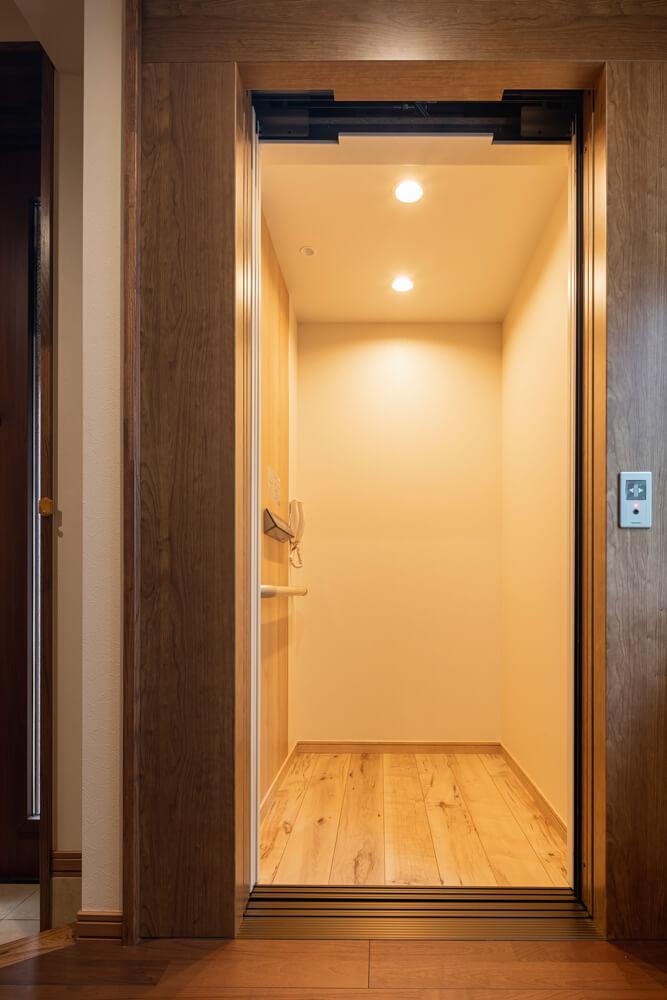 奥行きのあるホームエレベーター内は、明るい木材を採用した心地よい空間。車椅子にも対応している