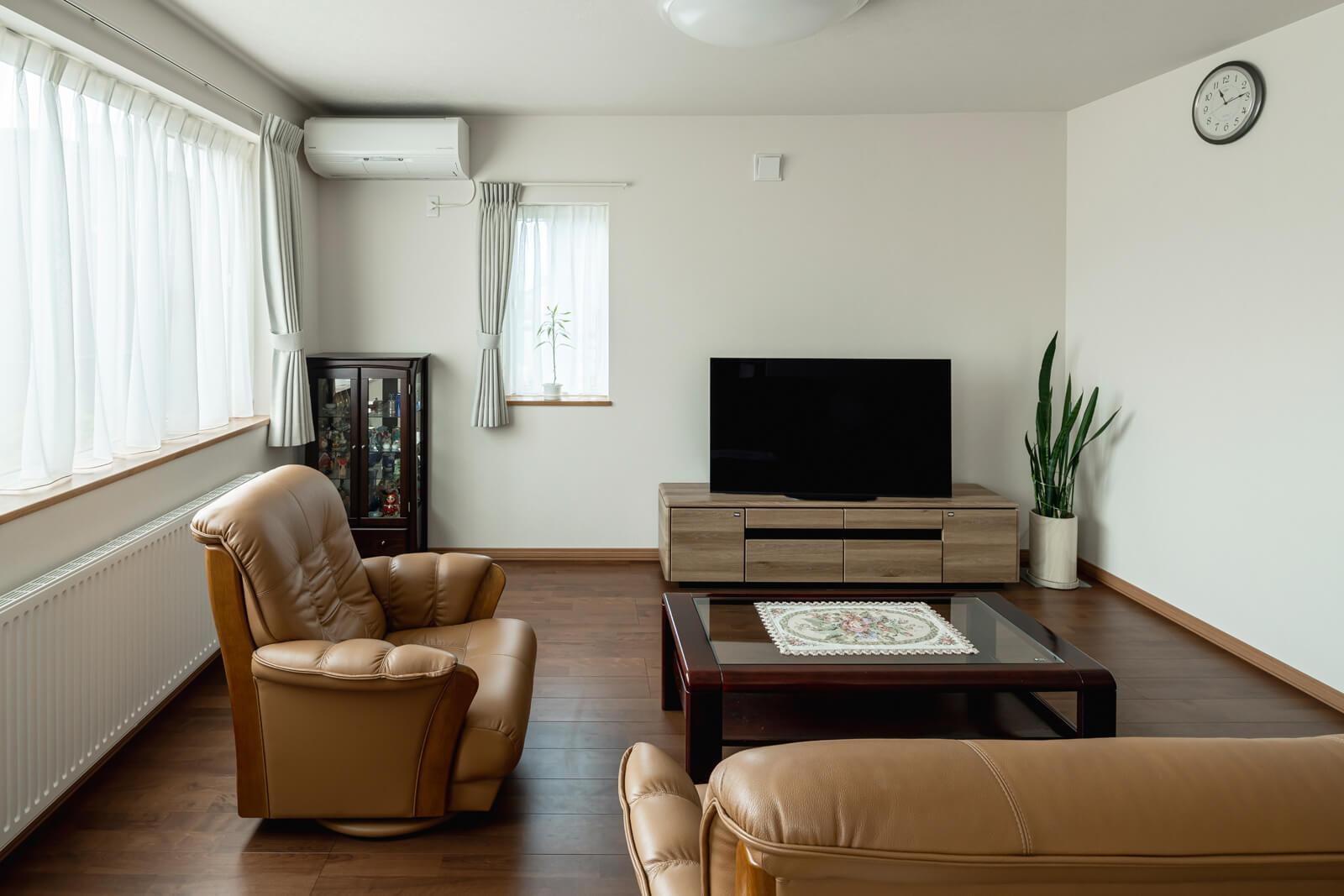 大きな開口からの光が心地よい、やわらかな雰囲気のリビング。「RC造だけれど、木造のような雰囲気も魅力ですね」というKさん。ウベハウス東日本では、床下も木を張り巡らせてから床材を敷いているため、木造住宅と同じような仕上がりになっている