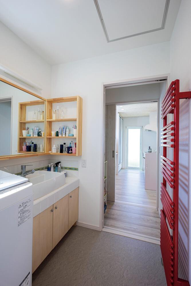 キッチンから水まわりまで続く動線は、日々の家事をする上で実に便利。キッチンと洗面所の間には食品庫も設けられている