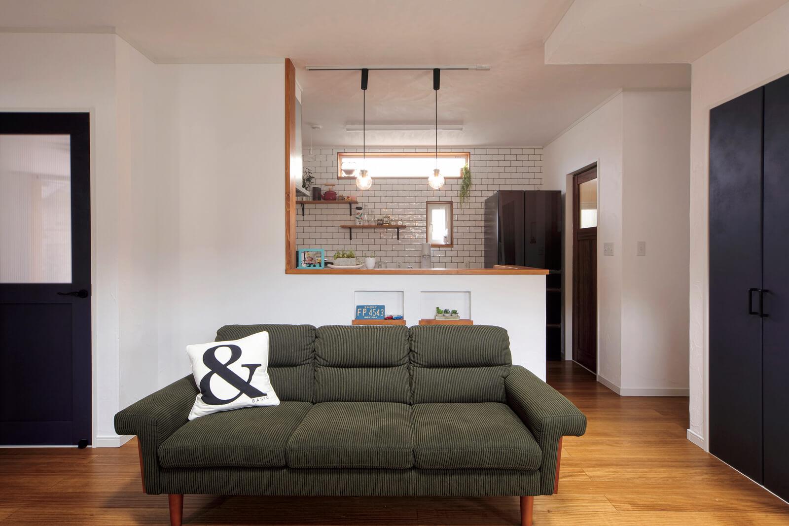 リビングからキッチンを見る。パントリーや階段下収納など、収納豊富なのも子育て世代には嬉しい