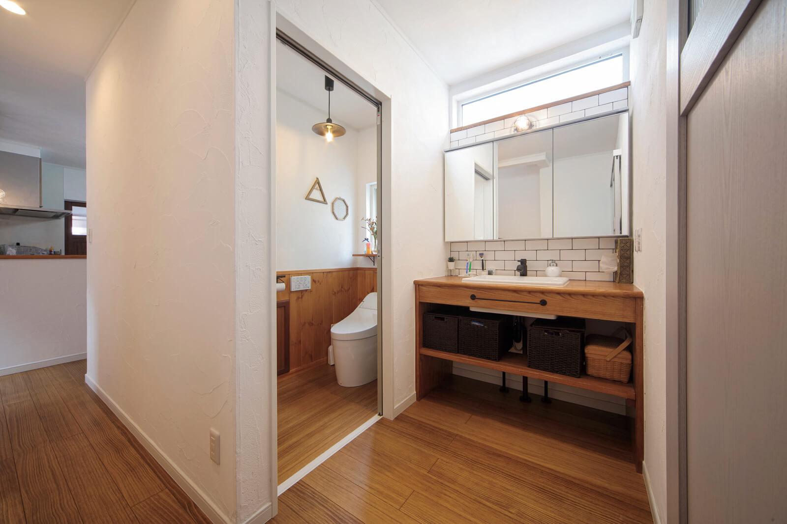 トイレの隣に設けられた造作の洗面台。ここにもキッチンと同じサブウェイタイルが使われている