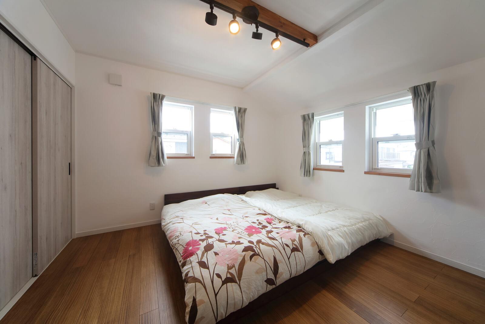 窓を開ければ心地よい風が入る主寝室。左手には納戸と収納をレイアウト