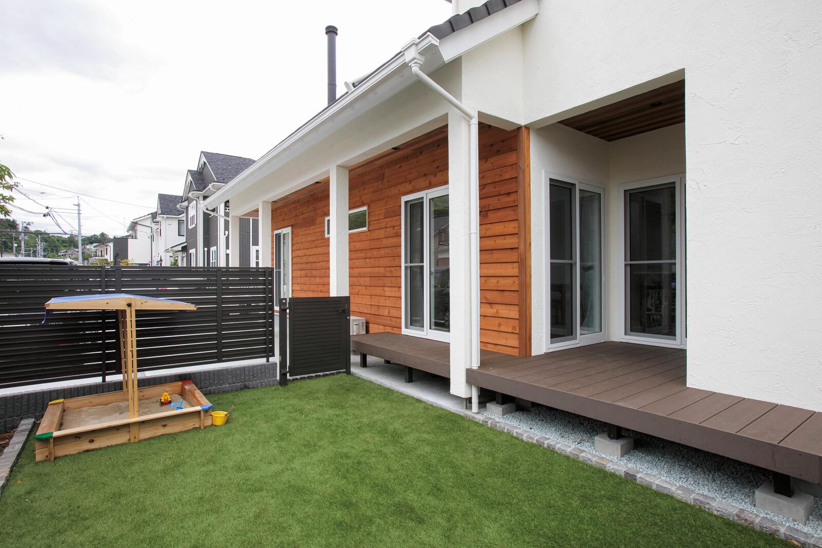 庭からの眺め。屋根付きのテラスはダイニングからもユーティリティからもアクセスできて便利