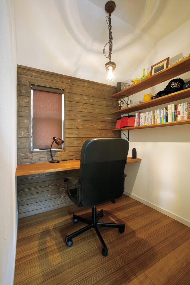 こもり部屋として最適なご主人の書斎。正面にはエイジング加工した床材が施工されている