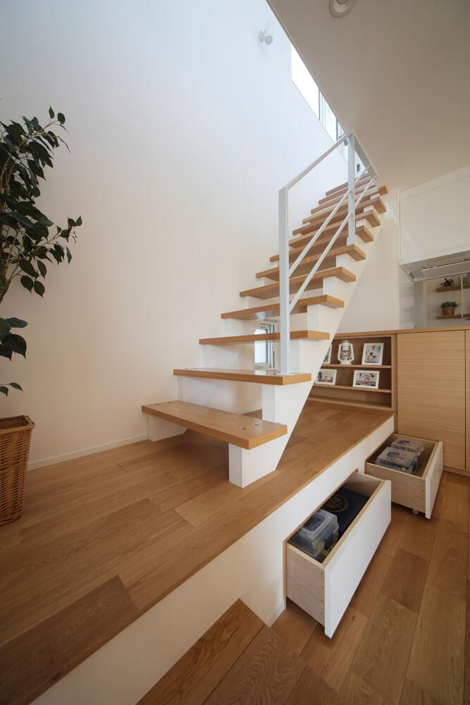 オープンなリビング階段はYさんの希望。階段下は小上りにして引き出し収納を設けている