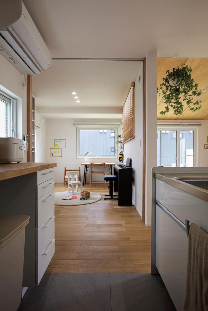 キッチンでは、子どもが洋室で遊んでいる様子を見ながら料理ができる。洋室は引き込み戸で仕切ることも可能