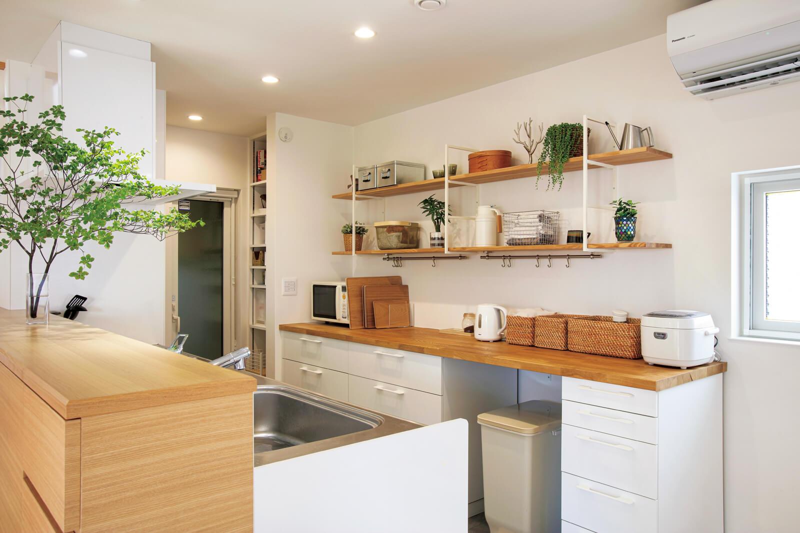 白で統一したこだわりのキッチン。奥行きのある背面カウンターは持ち込み家具
