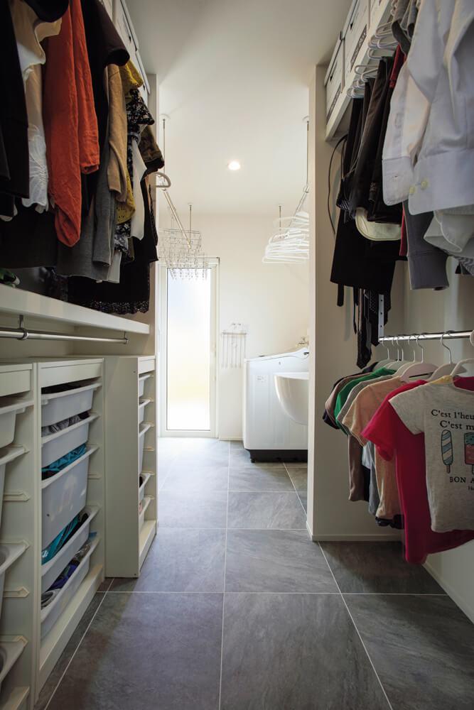 ファミリークローゼットとユーティリティがつながっているので、洗濯・干す・たたむ・収納まで短い動線で済ませられる