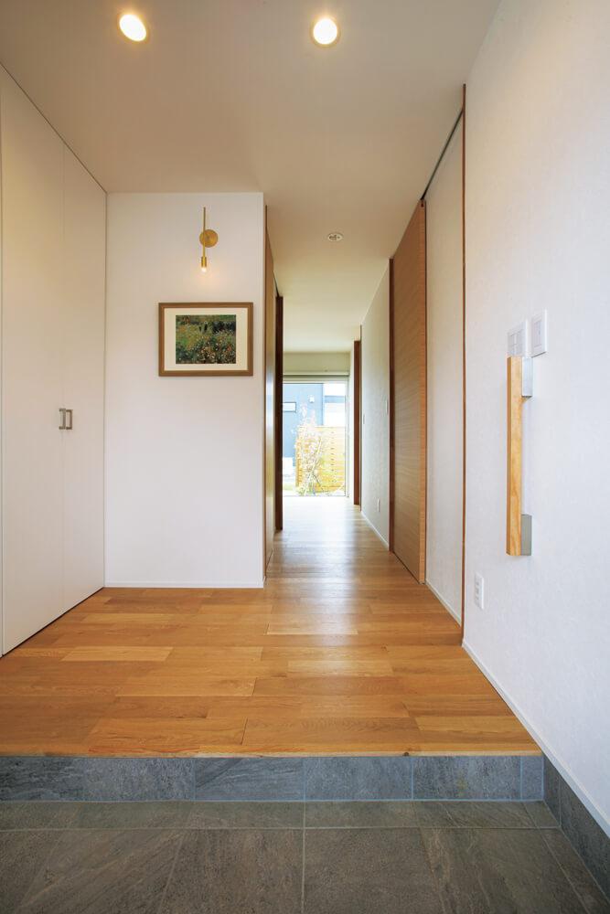 玄関ドアを開けると大開口が目に飛び込んでくる。シューズクロークをウォークインにしない代わりに玄関スペースを広く取った