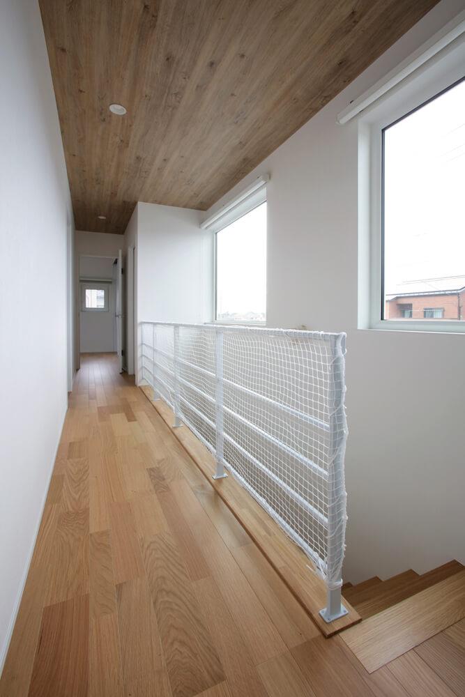 「今は就寝時に使うだけ」という2階は、寝室と子ども部屋、トイレのシンプルな間取り。大きな窓のおかげで廊下も明るい