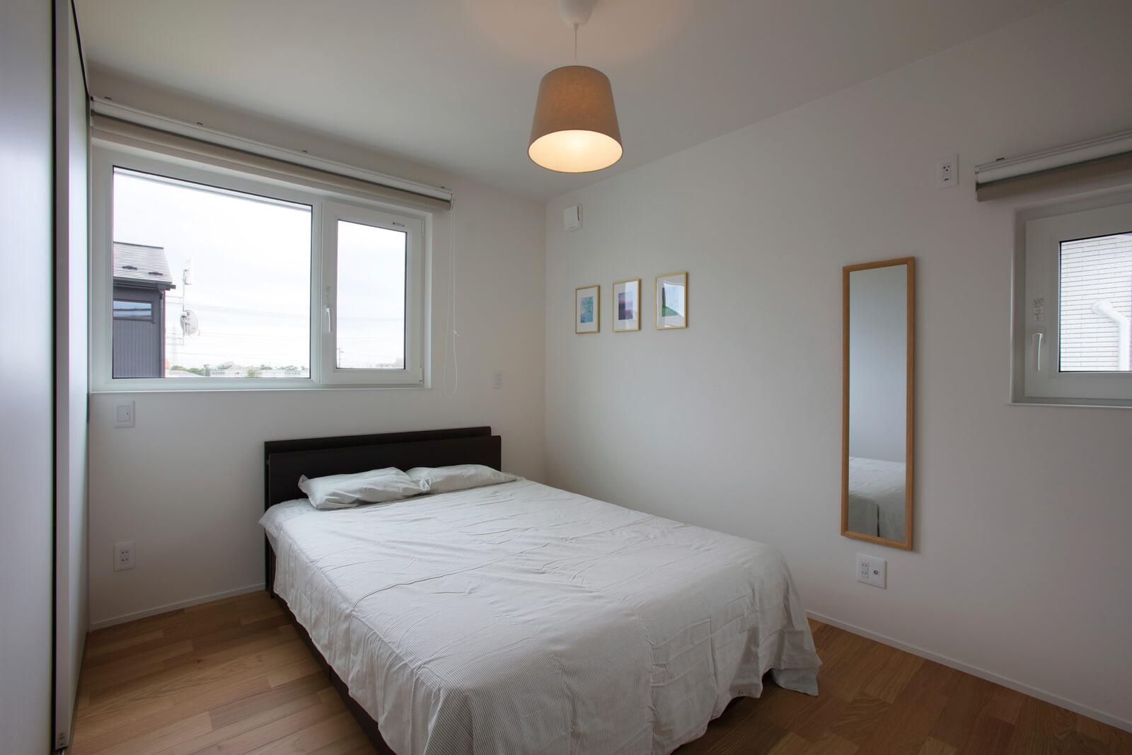 装飾は控えめにし、落ち着きのある空間に仕上げた主寝室は、南向きなので朝陽とともに心地よく一日を始められる