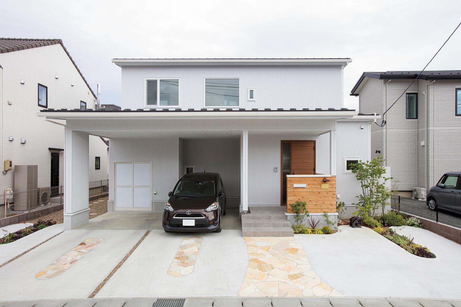 白の外壁は金属系サイディングでスタイリッシュな印象。インナーガレージにしているので、雨の日も濡れずに玄関へ入れる