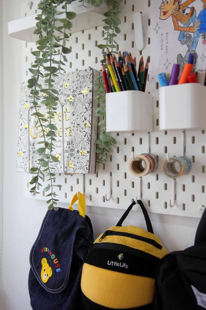 入居後にDIYで張った有孔ボードによく使う文具などを収納