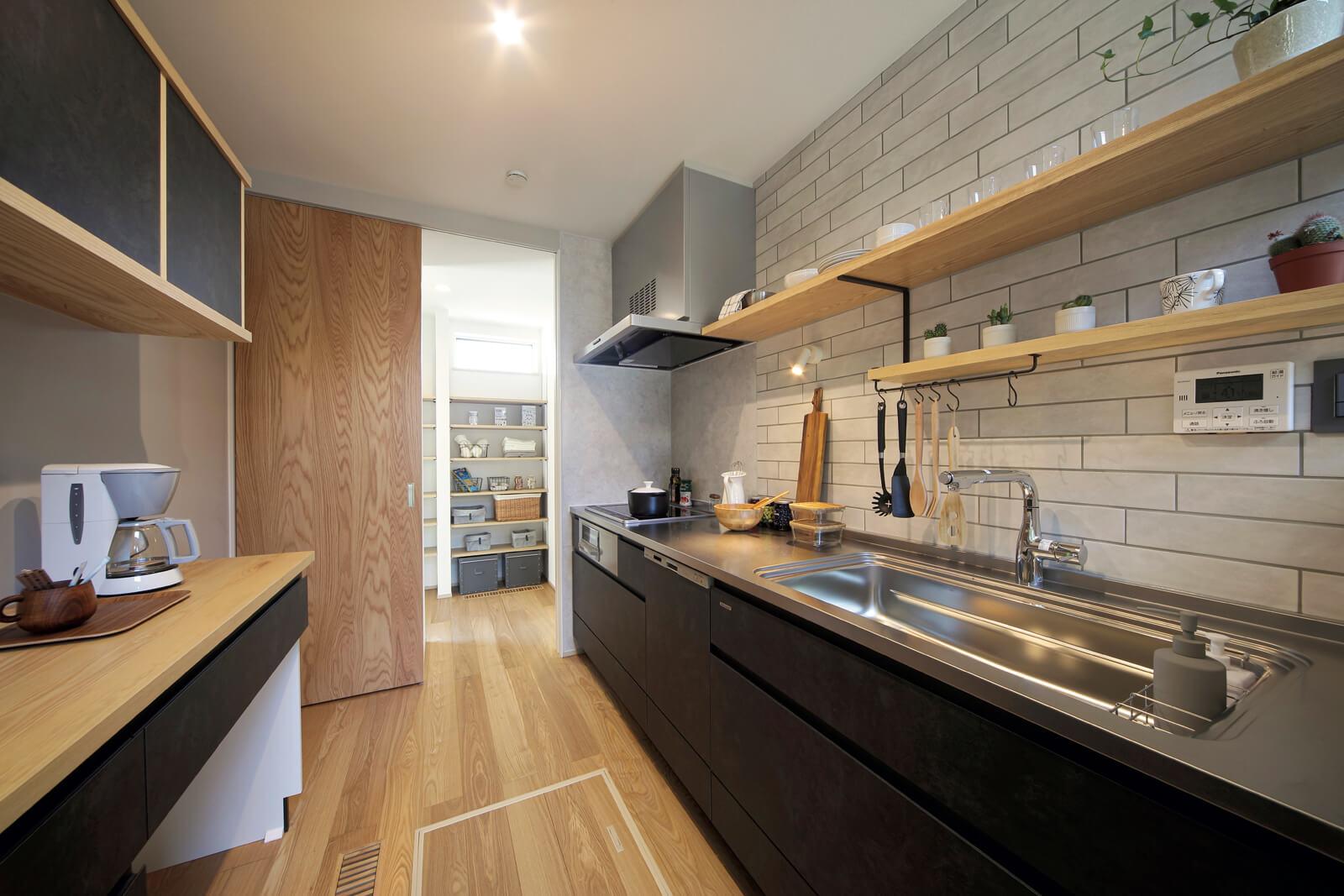 使いやすさを考えたオリジナルキッチン。造作の壁面収納はインテリアを飾る棚や生活用品の収納として活用できる