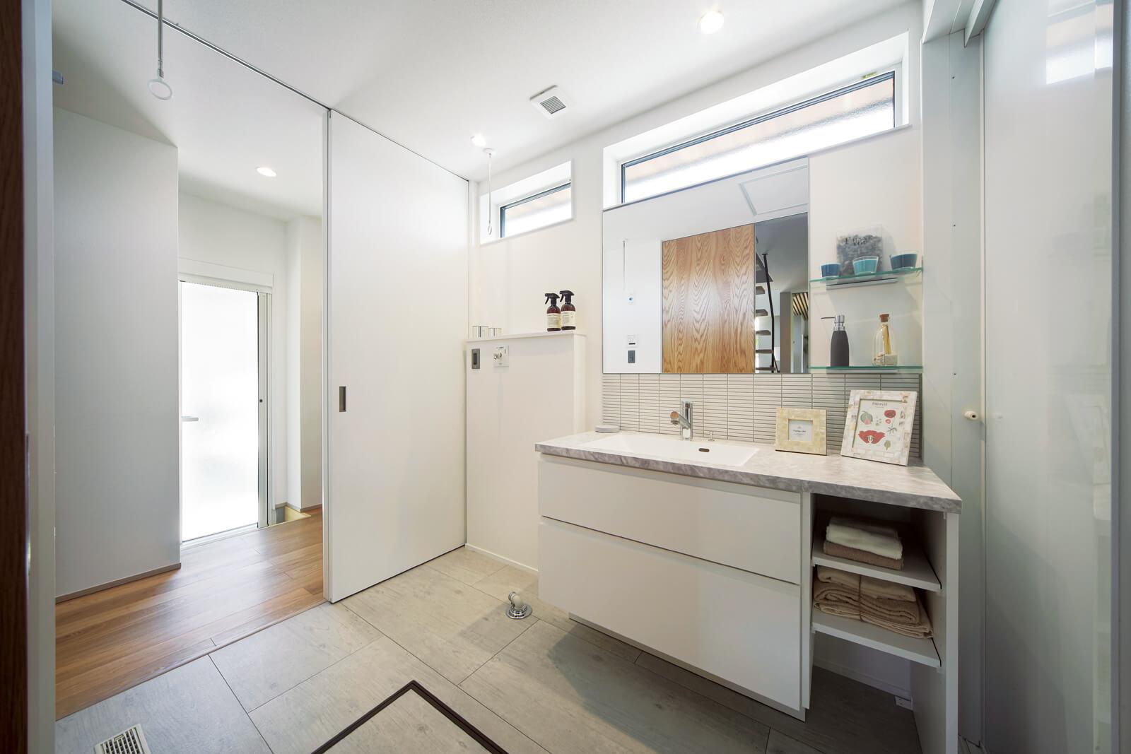 清潔感のあるユーティリティ。パントリーやキッチンに通じる回遊動線で家事の負担を軽減