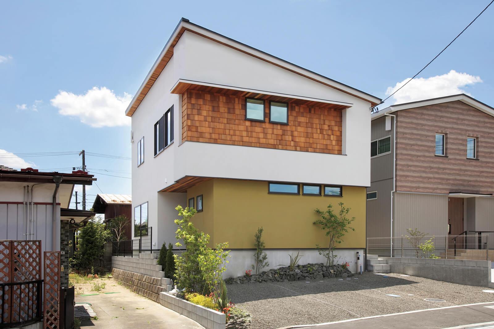 片流れ屋根が美しい外観。外壁には美しさが長持ちする無機質系塗り壁とウッドサイディングを採用