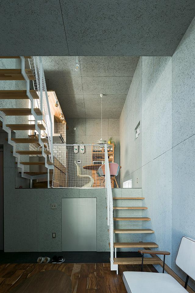 リビングからダイニング・キッチン側を見る。中2階のレベル床下には大容量の収納スペースが確保されている