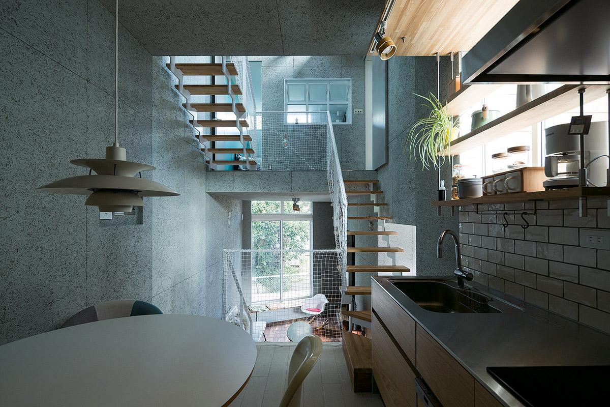 ダイニング・キッチンから東側を見る。吹き抜けを介して連なる各層の空間に光が射し込む
