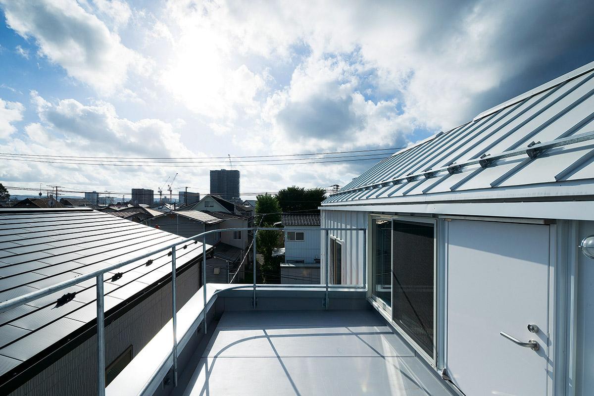 テラスからの眺め。住宅密集地ながらも眺望が楽しめる空間。物干しスペースとしても活用