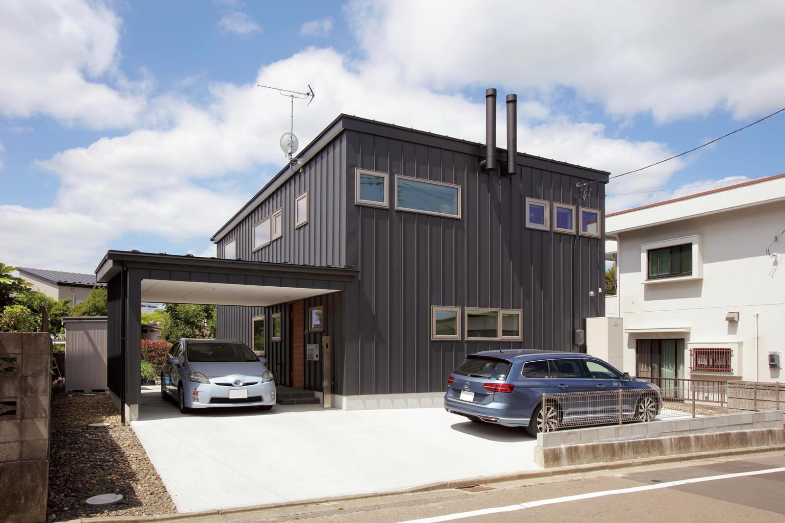 外壁はブラックのガルバリウム鋼板でスタイリッシュな印象。玄関前のインナーガレージは天気の悪い日も濡れる心配なし