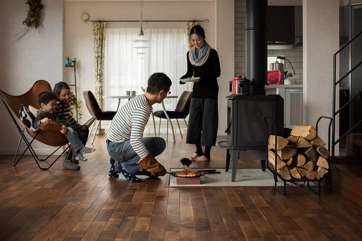 休日には家族でピザを焼いて楽しむことも。薪ストーブが日常を豊かに彩る