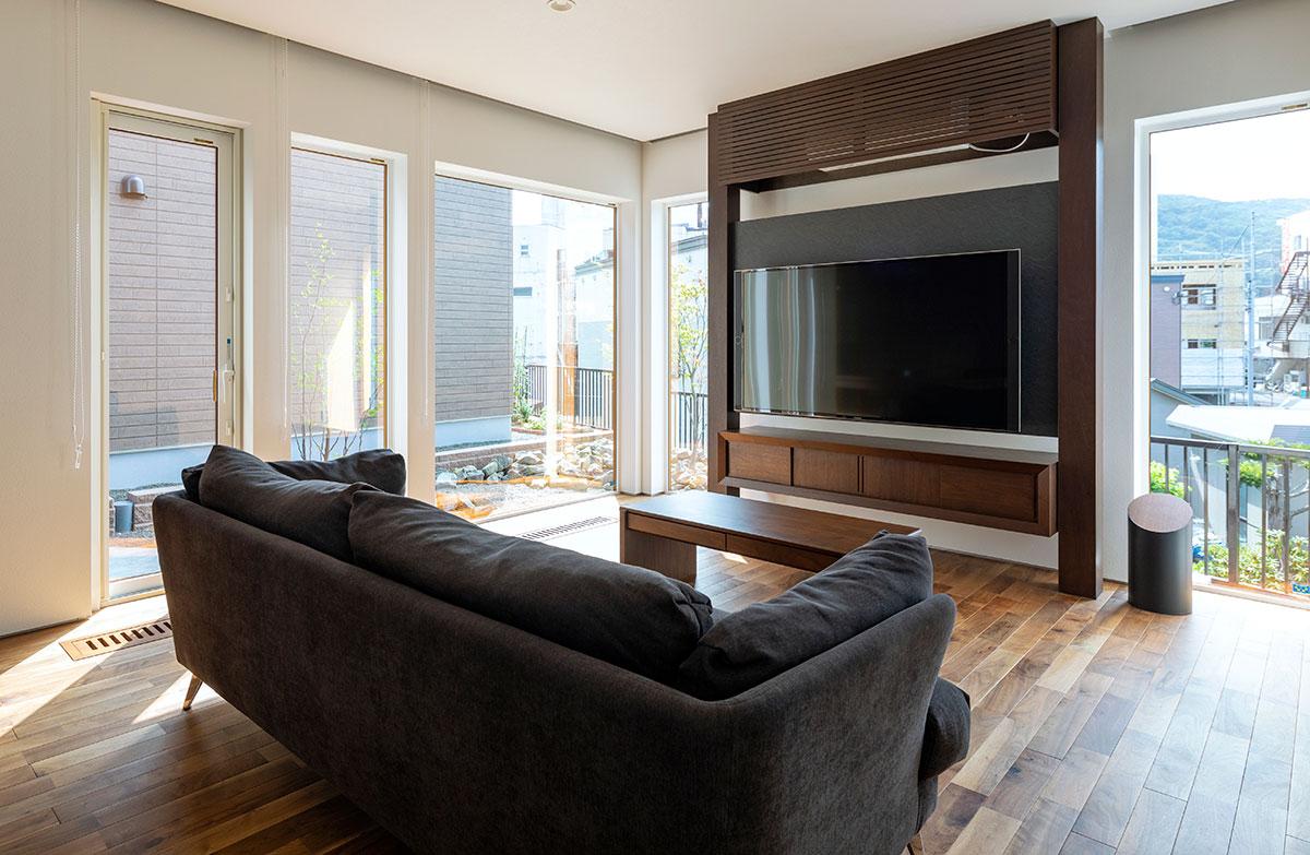 インテリアとしても映える最近のテレビ。背面の壁は落ち着いた色にするとテレビが見やすい