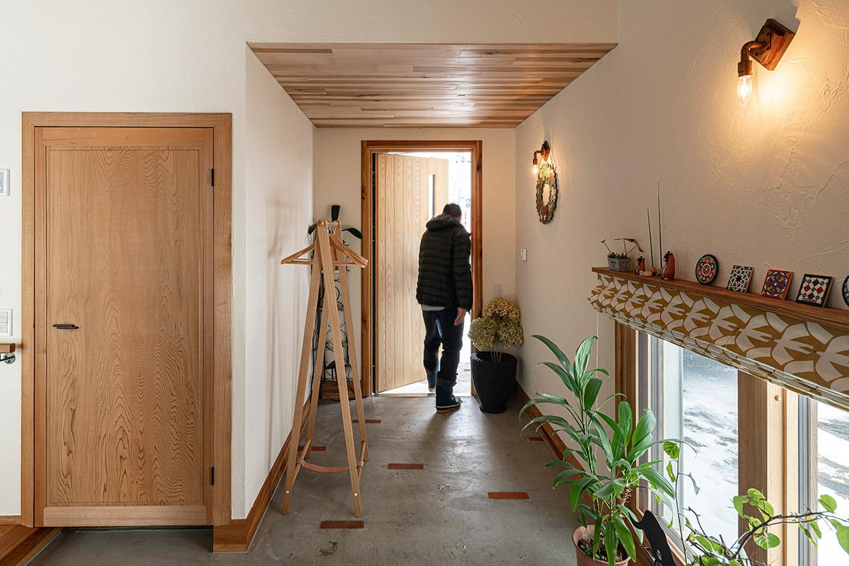 玄関まわりはゆとりのある空間設計