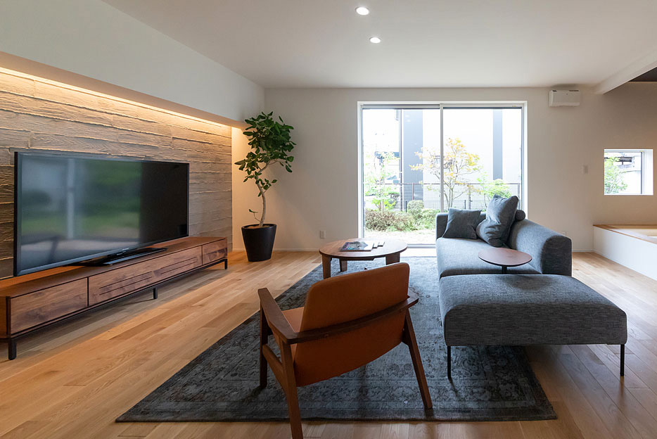 テレビの背面を照らす間接照明が、壁の素材感や凹凸を引き立てる