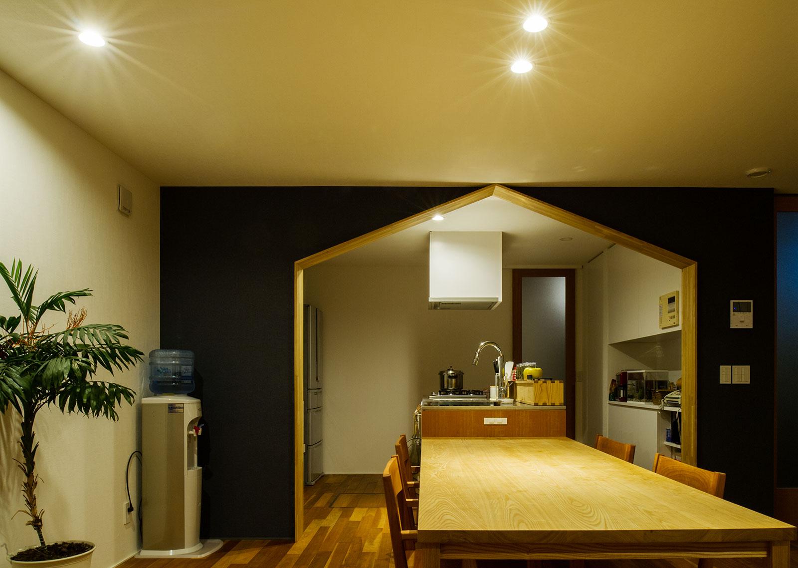 ダイニング・キッチンの壁も同じブラックの壁紙で統一感を