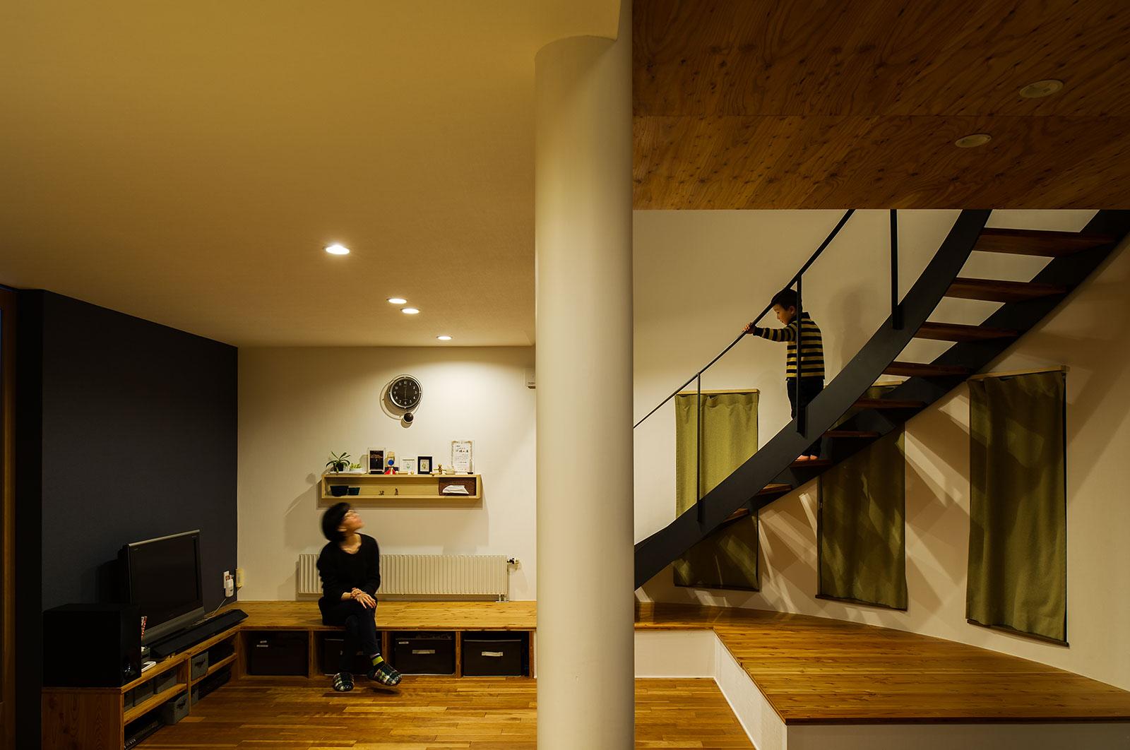 テレビの背面と階段をブラックで揃え、シックな雰囲気を演出