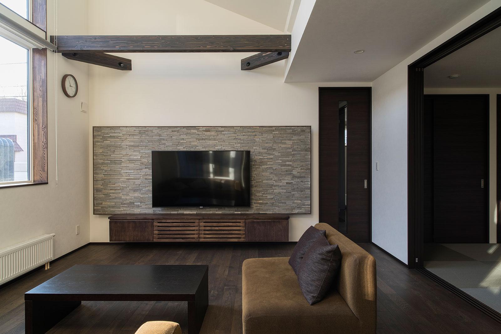 テレビ背後のタイル部分と壁面の間には間接照明が埋め込まれている