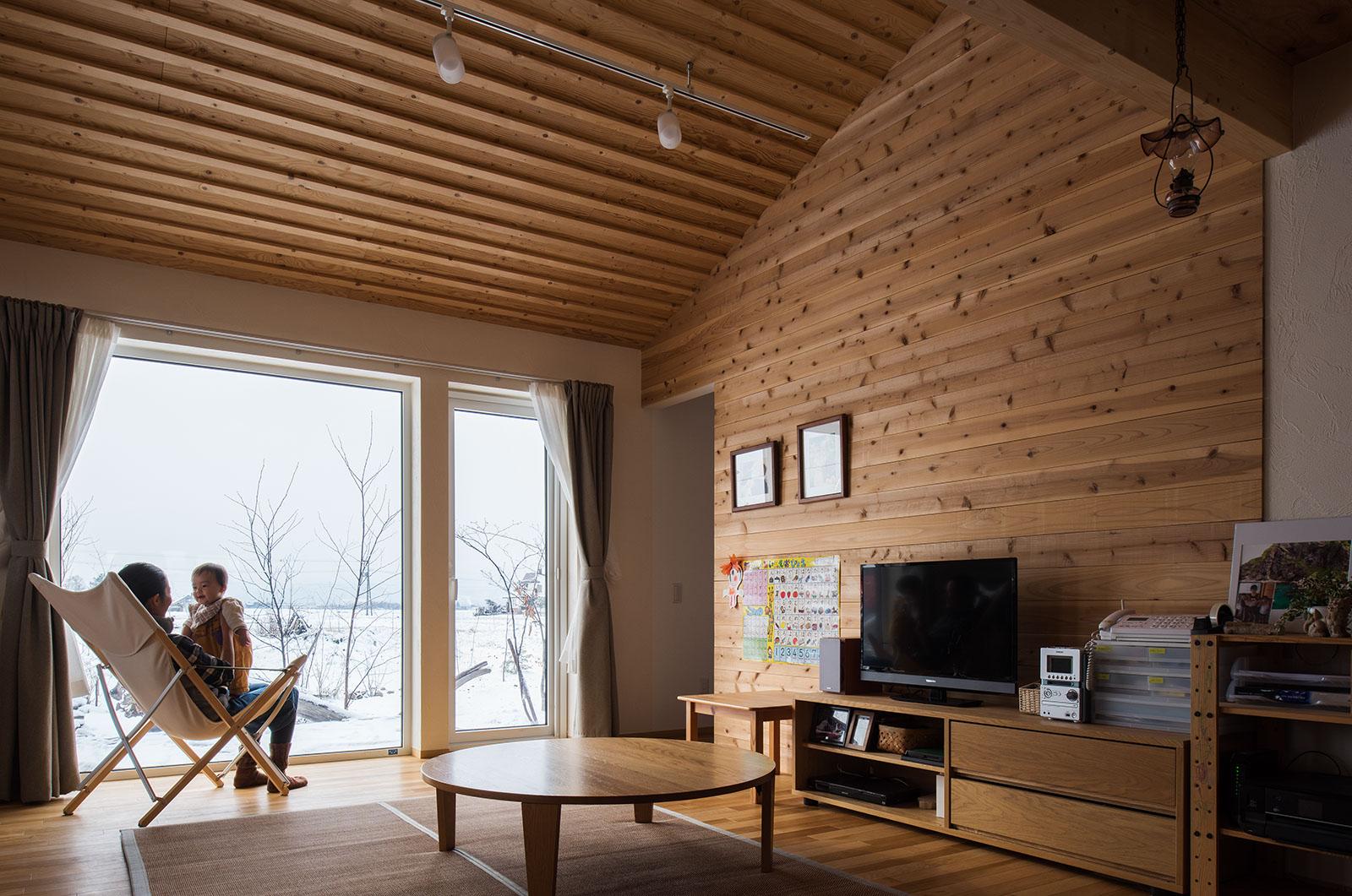 室内の壁には珪藻土の塗り壁を採用しているが、テレビ背面の壁のみ木でアクセントを