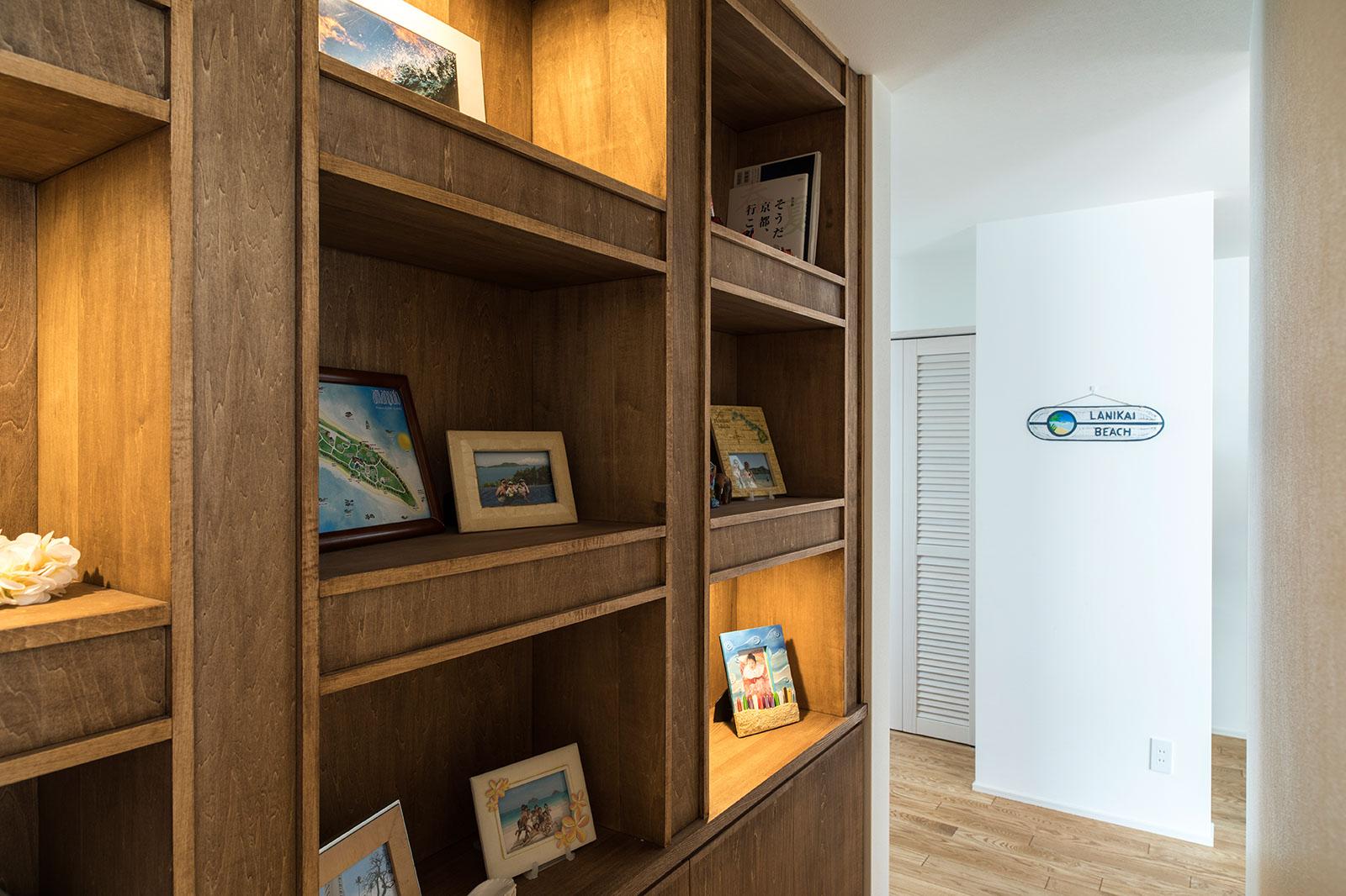 テレビ台の裏手の見せる収納スペーには、書籍やご家族の写真などが収められている